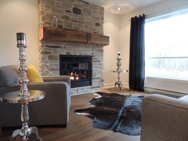 Salon intime avec foyer maison neuve haut de gamme lachute construction jea - Decoration foyer salon ...